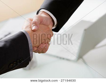 Постер, плакат: Бизнесмены прийти к соглашению пожав руки, холст на подрамнике
