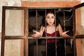 Frau hinter Gittern Fragen, warum sie im Gefängnis