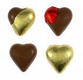 Corações de chocolate embrulhadas e unwrapped isoladas no branco