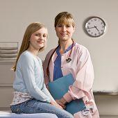 Paciente joven y sonriente en doctor la enfermera? s oficina durante el examen