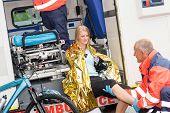 Постер, плакат: Чрезвычайная фельдшеров с женщиной велосипедов аварии в машине скорой помощи помочь травмы