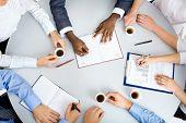 Imagen de empresarios da trabajo en reunión