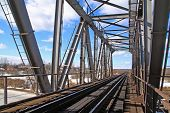 ponte ferroviária através de congelar Rio