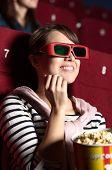 Joyfull mulher está assistindo a um filme no cinema