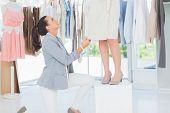 Designer Kleid auf einem Modell anpassen