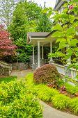 Uma bela entrada de uma casa de luxo ao longo da paisagem ao ar livre