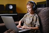 Jovem, ouvir música e navegar na Internet