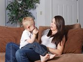 Moeder en peuter spelen thuis