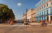 La Habana, CUBA-mayo 14: Viejos coches americanos en la intersección del Boulevard del Prado en 14 de mayo de 2013 en la Habana.