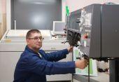 Impressora trabalhando em máquina Offset