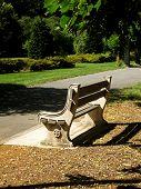 Постер, плакат: Пустой каменная скамейка в парке общественных