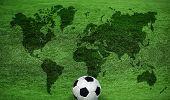 Постер, плакат: карта мира на зелёной лужайке