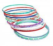 Bandas de pulso colorido grande plano isoladas no fundo branco