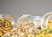Glas Gläser mit verschiedene Getreide (Linsen, Reis, Erbsen)
