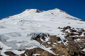 Pico de montanha em cascata no verão