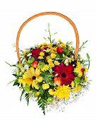 Peça central de arranjo de Bouquet flor colorida em uma cesta de vime, isolada no fundo branco