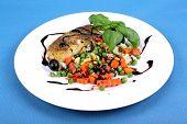 Seehecht mit Gemüse, Balsamico Creme und Basilikum