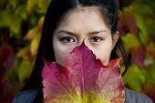 schöne asiatische Frau im Herbst