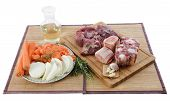 Variedade de carnes, legumes e vinho