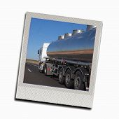 Foto con un camión en la carretera