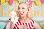 Attraktive Retro Pinup Girl essen Eis