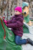 Moscou - 10 de NOV: Anya 7 anos jogando no parque com esculturas feitas por fábulas de Krylovs-n