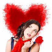 Foto des romantischen Woman Holding Heart Shape Candy