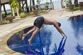 Homem tenta pular na água na piscina