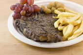 fritas y jugoso tbone steak