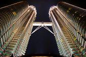 Las Torres Petronas de noche. Ciudad de Kuala Lumpur. Malasia