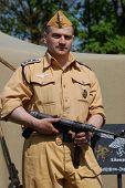 Kiew, UKRAINE - 9. Mai: Eine militärische Geschichte-Club Mitglied trägt eine historische deutsche Fallschirmspringer-tro