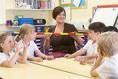 Lehrer-Klasse mit Perlen und String demonstrieren