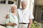 Senior Couple Standing außerhalb ihrer Heimat
