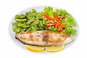 Peixe frito com feijão e salada na chapa de fundo branco