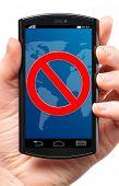 Batterie ist auf Touchscreen-Gerät, schneiden aus weißen gering.