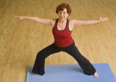Постер, плакат: Старший женщина осуществляет йога