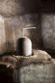 Linga de piedra en la isla Elephanta.