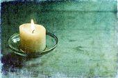 Ilustración de una hermosa vela en mesa de madera de luz