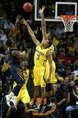 BROOKLYN-DEC 15: West Virginia Mountaineers guarda Juwan Staten (3) dispara sobre Michigan Wolverines g