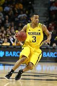 BROOKLYN-DEC 15: Guarda de Michigan Wolverines Trey Burke (3) dribla a bola contra o West Virgini
