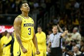 BROOKLYN-DEC 15: Guarda de Michigan Wolverines Trey Burke (3) reage em tribunal contra o West Virgi