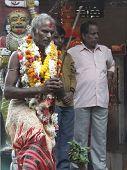 Hindu Schamane Priester schlucken Feuer