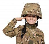 Saudando o soldado. Jovem rapaz