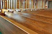 Bancas de la iglesia de vacío