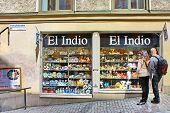 Turistas cerca de la tienda de regalo El Indio en Estocolmo