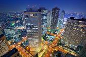 Tokio - 8. Januar: Finanzielle Bauwerke in Nishi-Shinjuku 8. Januar 2013 in Tokio, JP.  Umkreis