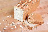 Amandel glutenvrij brood binnenshuis op een houten tafel