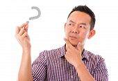 Asian Man Hand leere Schild mit unsicher Gesichtsausdruck, isolated over white background