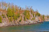 Kiefern wachsen auf einer felsigen Klippe entlang der großen Seen