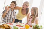 Mutter und Kinder bereiten eine Mahlzeit, Mealtime together